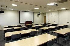 各種映像装置・音響装置を備えた貸し会議室(中会議室(約40名収容))